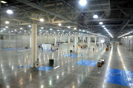 Foto de Large empty warehouse interior in an industrial building with high vertical columns - Imagen libre de derechos