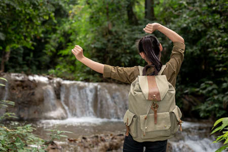 Foto de Female tourists are happy and refreshed at the waterfall. - Imagen libre de derechos