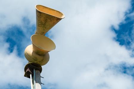 Foto de Old mechanical civil defense siren, also known as air-raid siren or tornado siren - Imagen libre de derechos