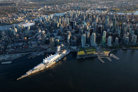 Foto de Beautiful Aerial View of Vancouver Downtown, British Columbia, Canada, during a bright spring sunset. - Imagen libre de derechos
