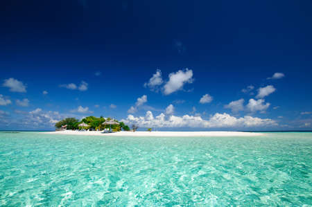Photo pour Tropical island resort seascape at sunny day with blue sky - image libre de droit