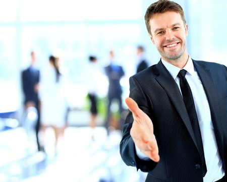 Foto de Businessman offering a handshake - Imagen libre de derechos