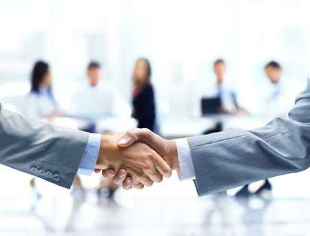 Foto de Close up of businessmen shaking hands - Imagen libre de derechos