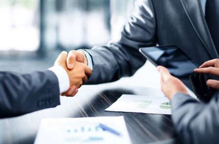 Photo pour Business people shaking hands - image libre de droit