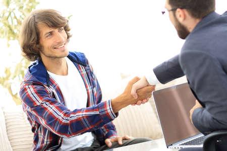 Foto de manager shakes hands with his client - Imagen libre de derechos