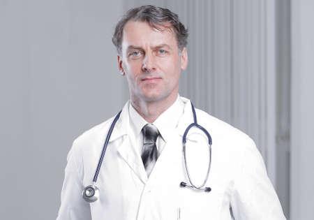Foto de confident adult doctor looking at the camera. - Imagen libre de derechos