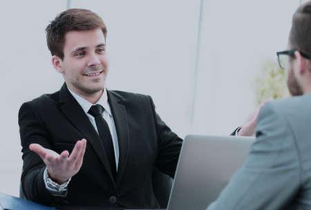 Foto de commercial Director discusses current issues with employee at of - Imagen libre de derechos