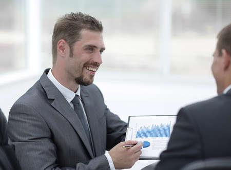 Foto de closeup.business partners discussing marketing schedule - Imagen libre de derechos
