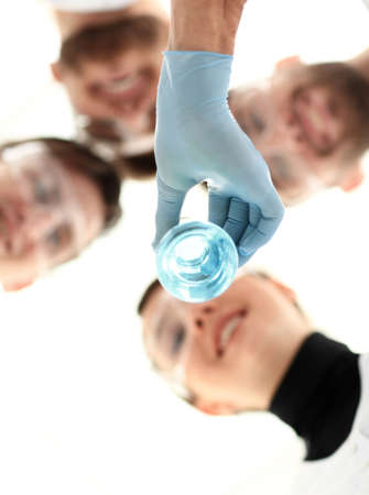 Foto de healthcare professionals working with liquids in laborator - Imagen libre de derechos