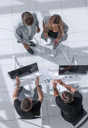 Photo pour managers ask questions to employees - image libre de droit