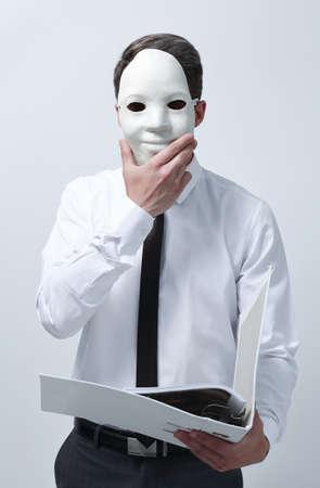 Photo pour businessman in a mask with clipboard - image libre de droit