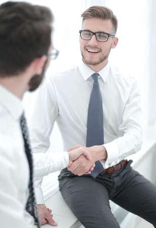 Foto de close up.welcome handshake of the companys employees - Imagen libre de derechos