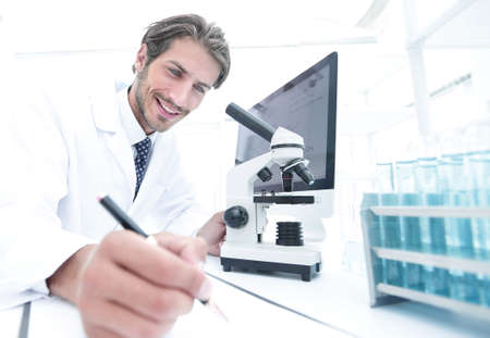 Foto de scientist makes a note of experiment in the laboratory - Imagen libre de derechos