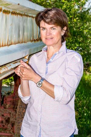 Photo pour Farmer on a farm trailer - image libre de droit