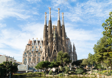 Foto de BARCELONA, SPAIN -MARCH 06: Sagrada Familia on MARCH 06, 2015: La Sagrada Familia - the impressive cathedral designed by architect Gaudi, which is being build since March 19, 1882 and is not finished. - Imagen libre de derechos