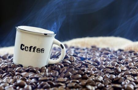 Foto de Roasted coffee beans on a black background - Imagen libre de derechos