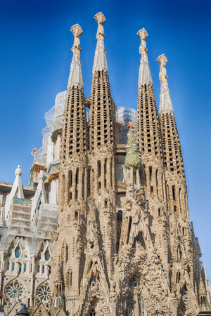 Foto de BARCELONA, SPAIN -MAY 11: Sagrada Familia on MAY 11, 2018: La Sagrada Familia - the impressive cathedral designed by architect Gaudi, which is being build since March 19, 1882 and is not finished. - Imagen libre de derechos