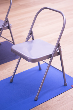 Photo pour Yoga pilates and body & mind studio gym fitness room and chauir prop for group classes. - image libre de droit