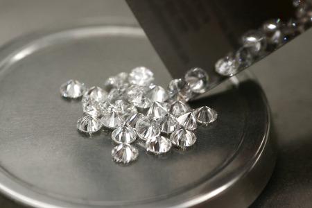 Foto de Weighing diamonds. Tools for determining the weight of diamonds - Imagen libre de derechos