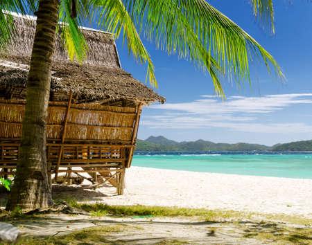 Photo pour Bamboo hut on a tropical beach. - image libre de droit