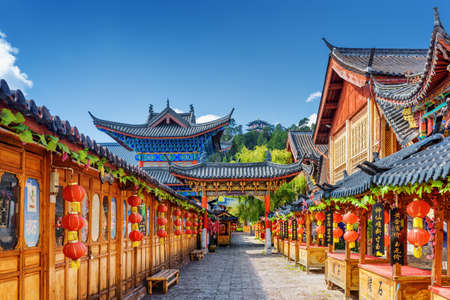 Photo pour LIJIANG, YUNNAN PROVINCE, CHINA - OCTOBER 23, 2015: Scenic street decorated with traditional Chinese red lanterns in the Old Town of Lijiang. Lijiang is a popular tourist destination of Asia. - image libre de droit