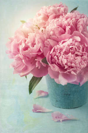 Photo pour Peony flowers in a vase - image libre de droit