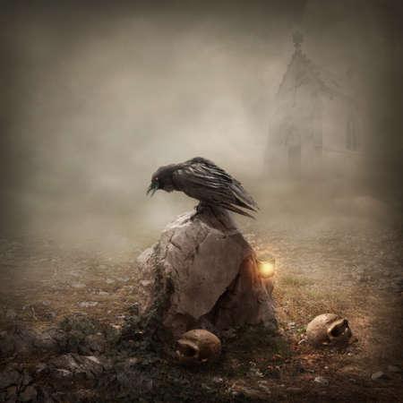 Foto de Crow sitting on a gravestone - Imagen libre de derechos