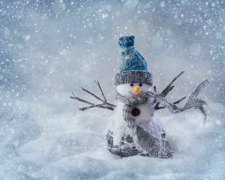 Photo pour Smiling snowman standing in the snow - image libre de droit
