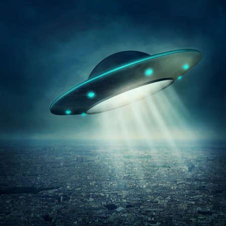 Foto de UFO flying in a dark sky - Imagen libre de derechos