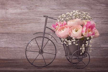 Foto de Ranunculus flowers in a bicycle vase - Imagen libre de derechos