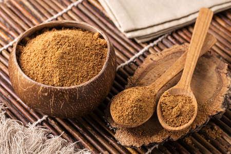 Photo pour Coconut palm sugar in a bowl - image libre de droit