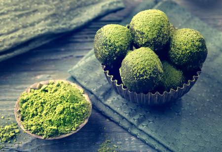 Photo pour Matcha energy balls dusted with bright green matcha powder - image libre de droit