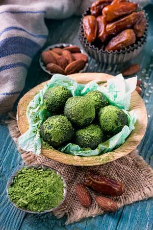 Photo pour Matcha energy balls from dates and almonds - image libre de droit