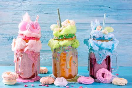 Foto de Freakshakes with donuts and candy floss - Imagen libre de derechos