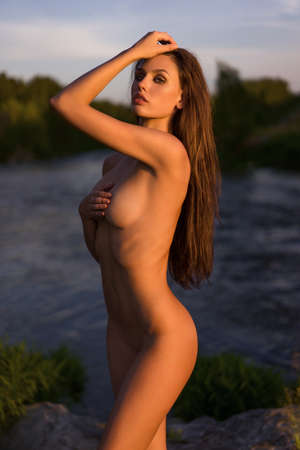 Photo pour naked girl posing on nature at sunset - image libre de droit