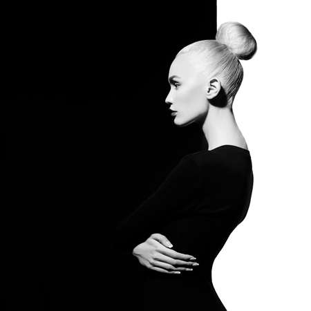 Photo pour Fashion art studio portrait of elegant blode in geometric black and white background - image libre de droit