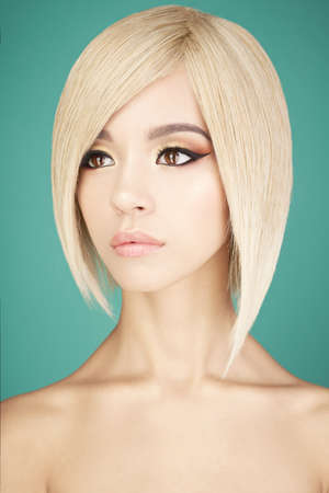 Photo pour Fashion studio portrait of lovely asian woman with blonde short hair. Fashion and beauty. Bright makeup. Fashionable haircut                          - image libre de droit