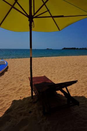 Foto de parasol and sunlounger at the beach in vietnam - Imagen libre de derechos
