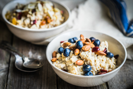 Foto de Oatmeal with berries and nuts - Imagen libre de derechos
