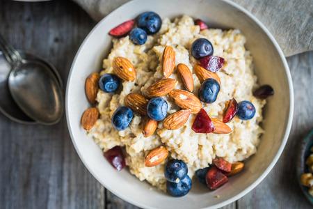 Foto de Oatmeal with berries and nuts - Imagen libre de derechos