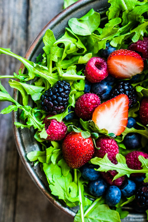 Photo pour Green salad with arugula and berries - image libre de droit