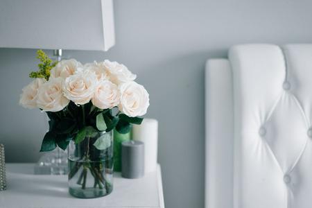Photo pour Bouquet of white pastel roses in white interior - image libre de droit