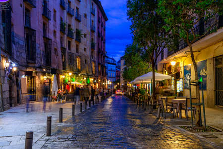 Photo pour Night view of old cozy street in Madrid. Spain - image libre de droit