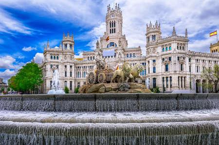 Foto de Cybele's Square (Plaza de la Cibeles) and Central Post Office (Palacio de Comunicaciones) in Madrid, Spain - Imagen libre de derechos