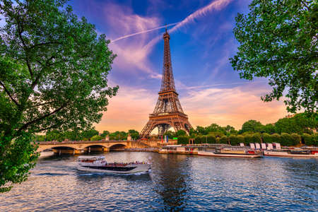 Foto de Paris Eiffel Tower and river Seine at sunset in Paris, France. Eiffel Tower is one of the most iconic landmarks of Paris. - Imagen libre de derechos