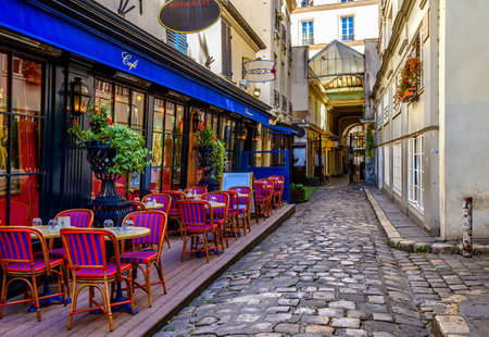 Photo pour Cozy street with tables of cafe in Paris, France - image libre de droit