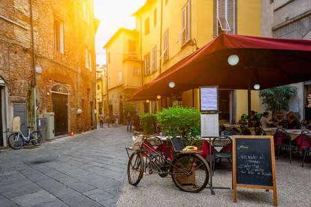 Foto de Old cozy street in Lucca, Italy - Imagen libre de derechos