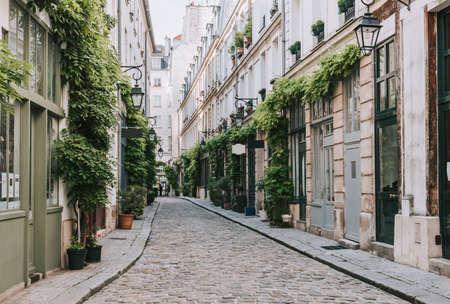 Photo pour Cozy street in Paris, France - image libre de droit