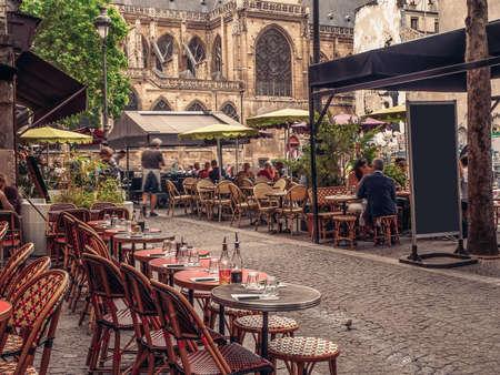 Photo pour Cozy street with tables of cafe in Paris, France - image libre de droit