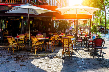 Photo pour Typical view of the Parisian street with tables of brasserie (cafe) in Paris, France - image libre de droit